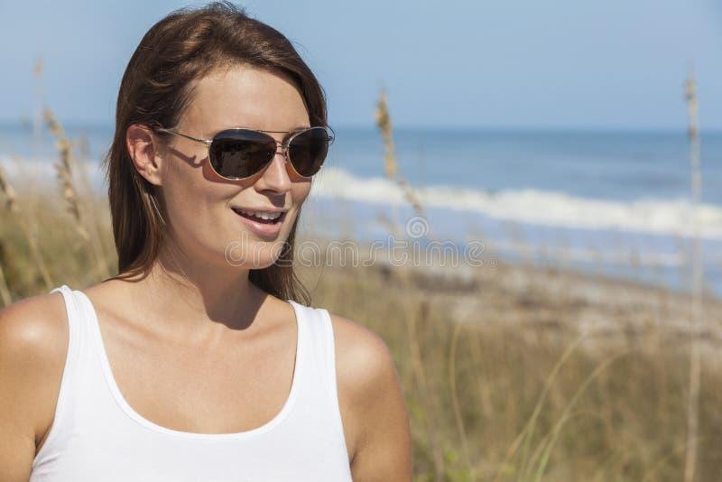Vrouw in Witte Kleding en Zonnebril bij Strand stock afbeeldingen