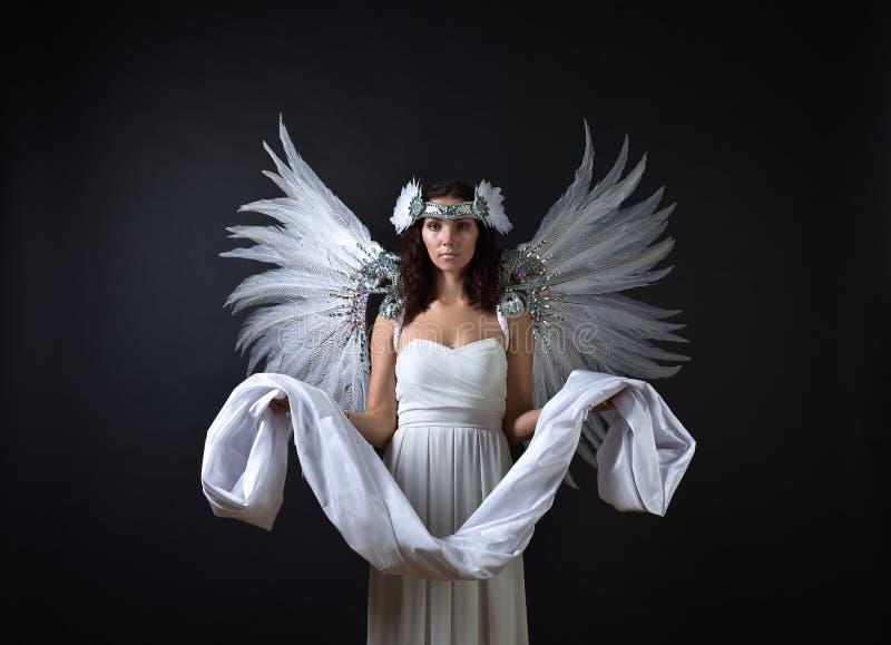 Vrouw in witte kleding met engelenvleugels royalty-vrije stock foto