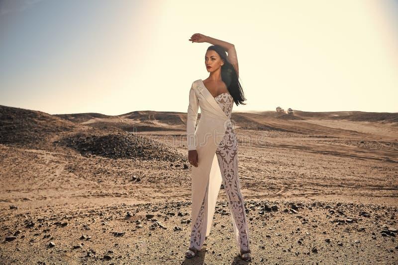 Vrouw in witte kleding in zandduinen royalty-vrije stock foto's