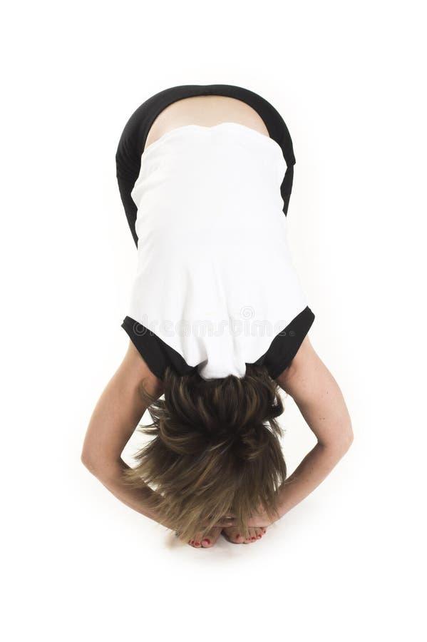 Vrouw in witte t-shirt die yoga doet stock foto