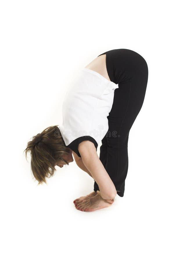Vrouw in witte t-shirt die yoga doet stock afbeelding