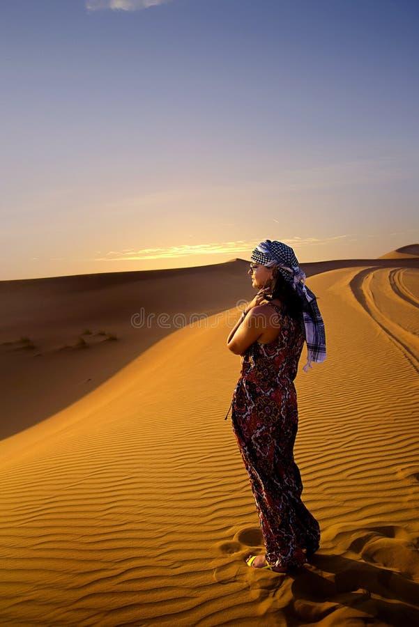 Vrouw in woestijn royalty-vrije stock fotografie