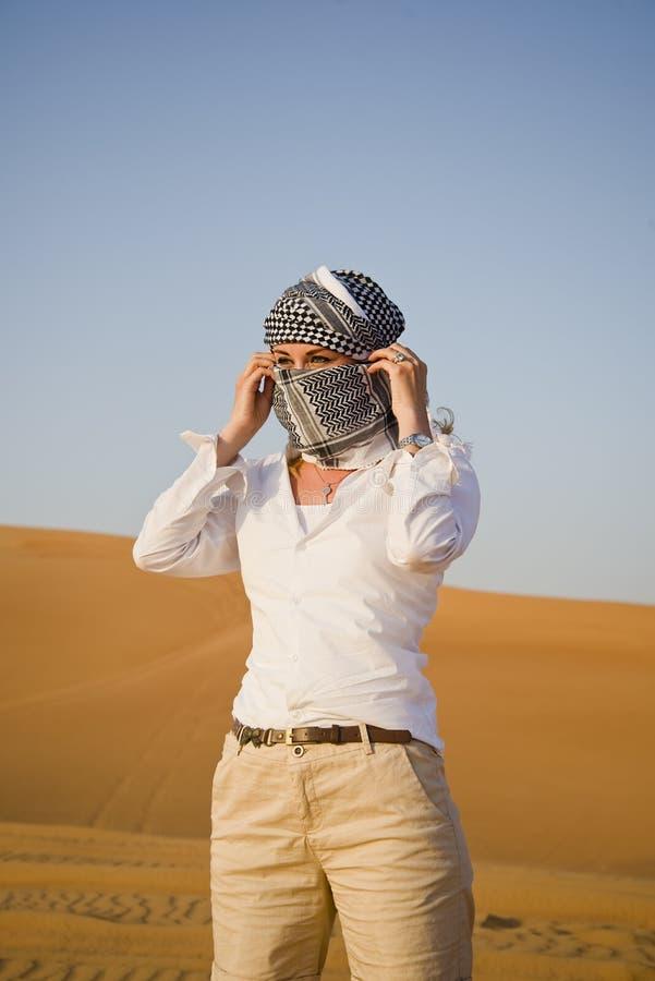 Vrouw in woestijn stock afbeelding
