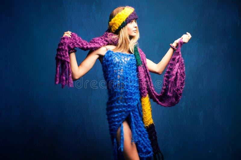 Vrouw in wolsjaals royalty-vrije stock foto's