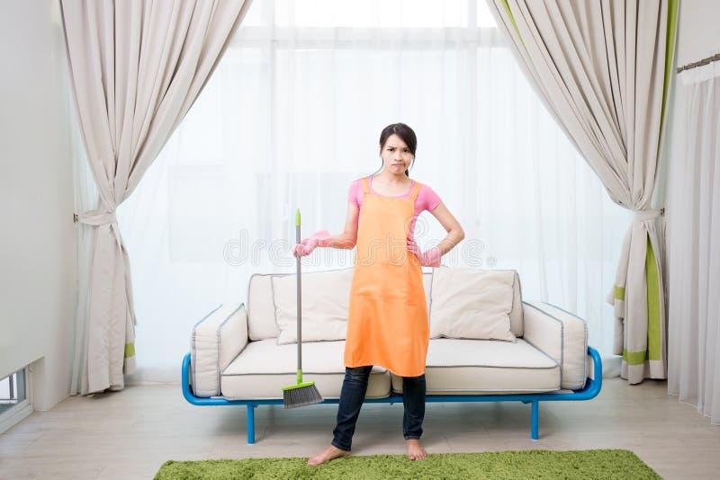 Vrouw in woonkamer royalty-vrije stock foto