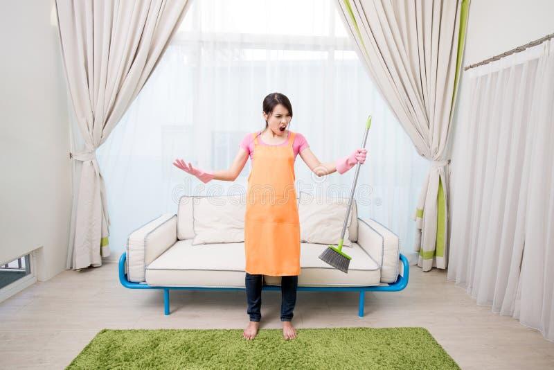 Vrouw in woonkamer stock foto