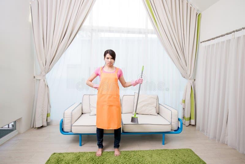 Vrouw in woonkamer stock afbeeldingen
