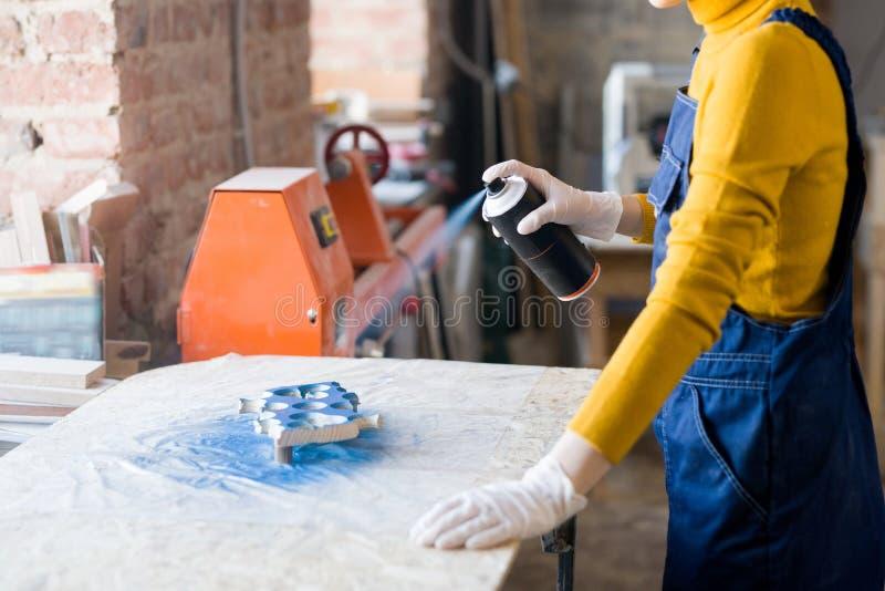Vrouw in workshop stock fotografie
