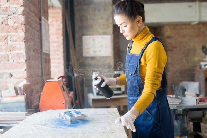 Vrouw in workshop stock foto's