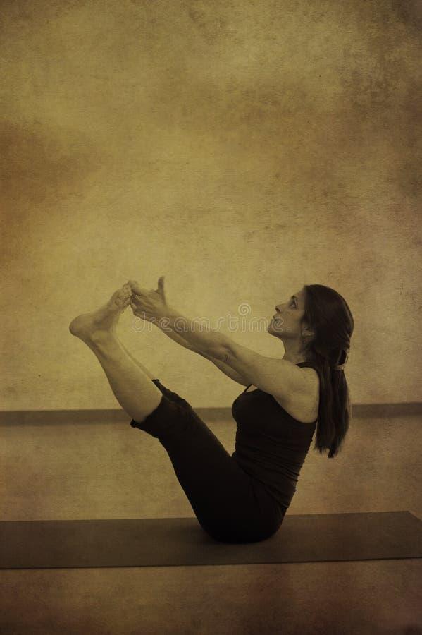 Vrouw in Yoga Navasana royalty-vrije stock foto's
