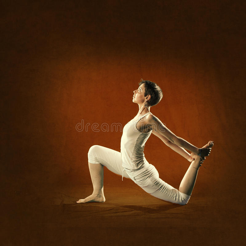 Vrouw in Yogapositie Kapota stock foto