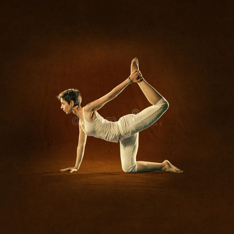 Vrouw in Yogapositie Kokija royalty-vrije stock afbeelding