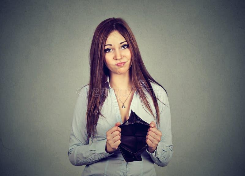 Vrouw zonder geld Droevige onderneemster die lege portefeuille houden stock foto's