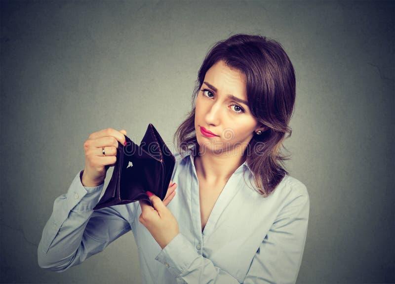 Vrouw zonder geld Onderneemster Holding Empty Wallet royalty-vrije stock foto's
