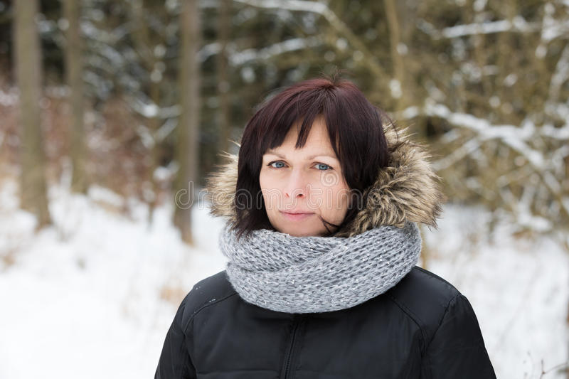 Vrouw zonder make-up in de wintertijd stock fotografie