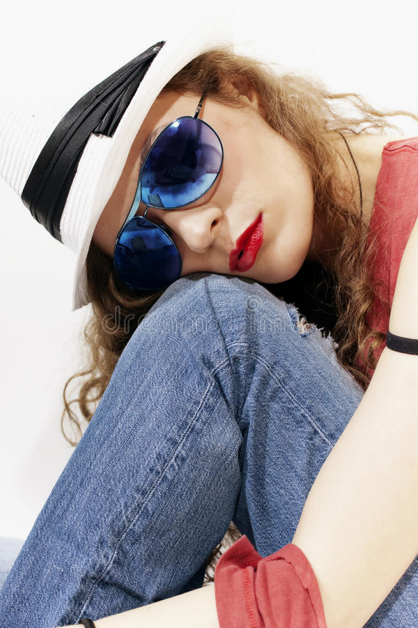 Vrouw in zonnebril en witte hoed royalty-vrije stock foto