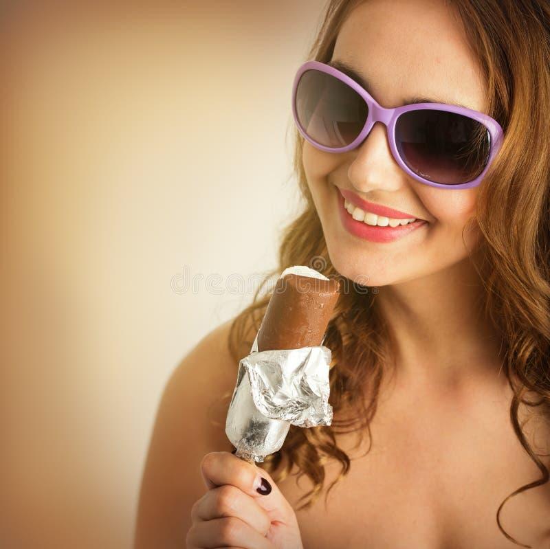 Vrouw in zonnebril met roomijs stock fotografie