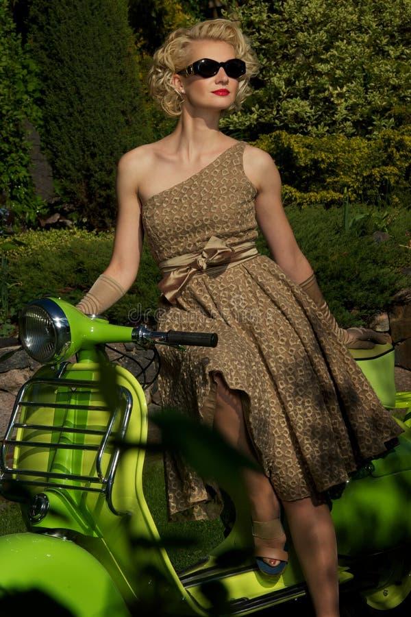 Vrouw in zonnebril in openlucht stock foto