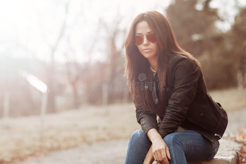Vrouw in zonnebril - openluchtportret stock foto