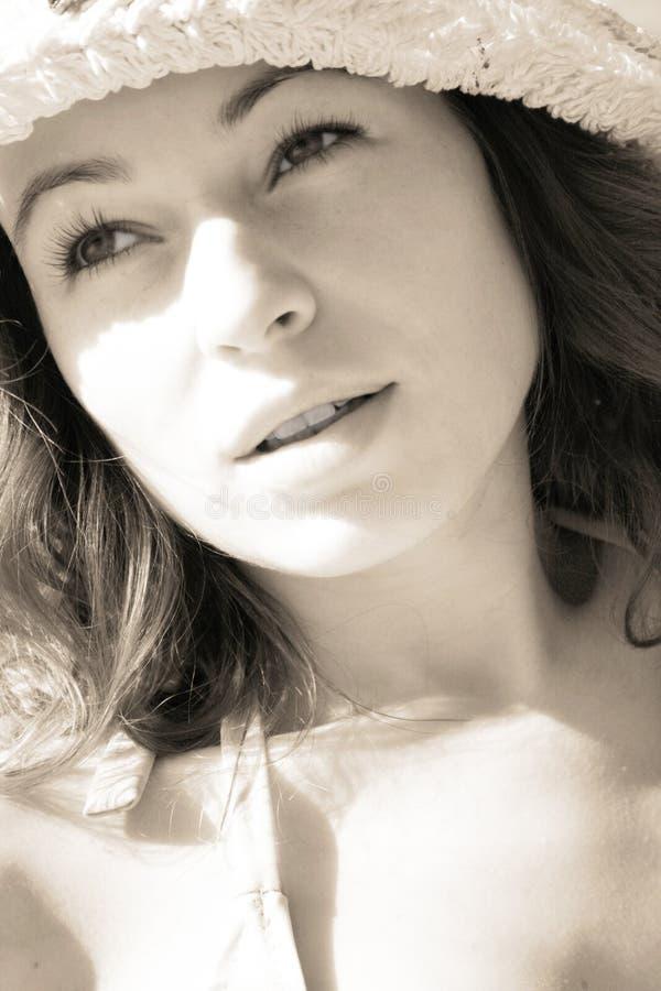Vrouw in zonnestralen stock fotografie