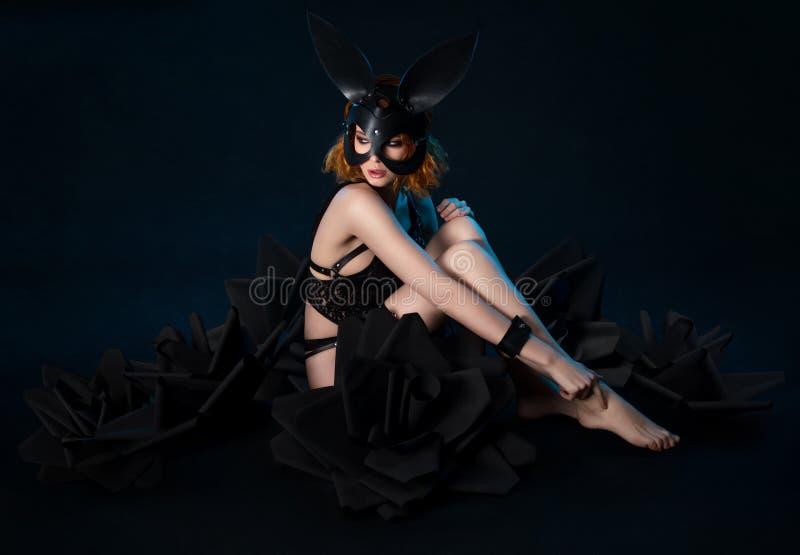 Vrouw in zwart lingerie en konijnmasker royalty-vrije stock foto's