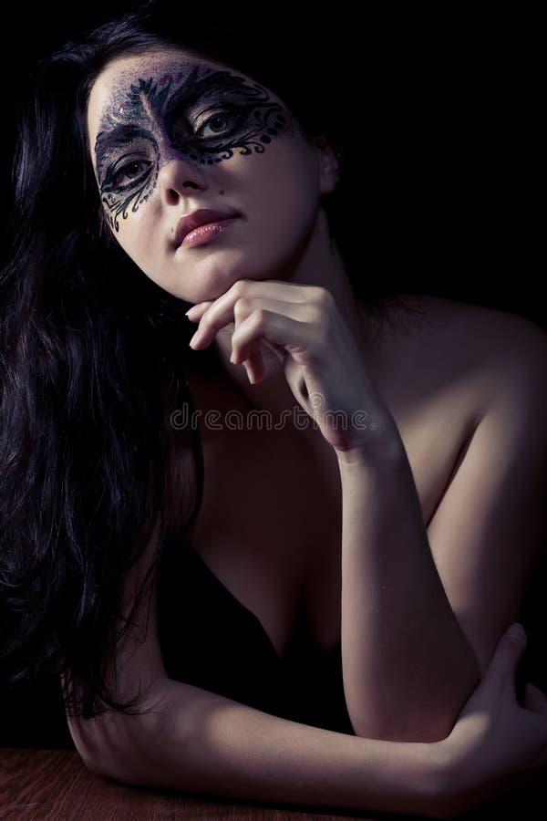 Vrouw in zwart masker stock foto's
