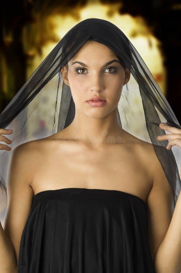 Vrouw in zwarte stock afbeeldingen