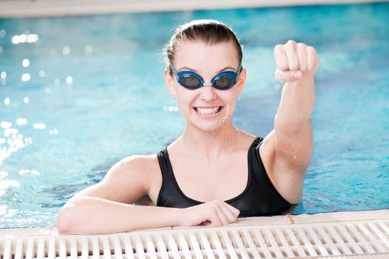 Vrouw in zwarte beschermende brillen in zwembad royalty-vrije stock afbeelding