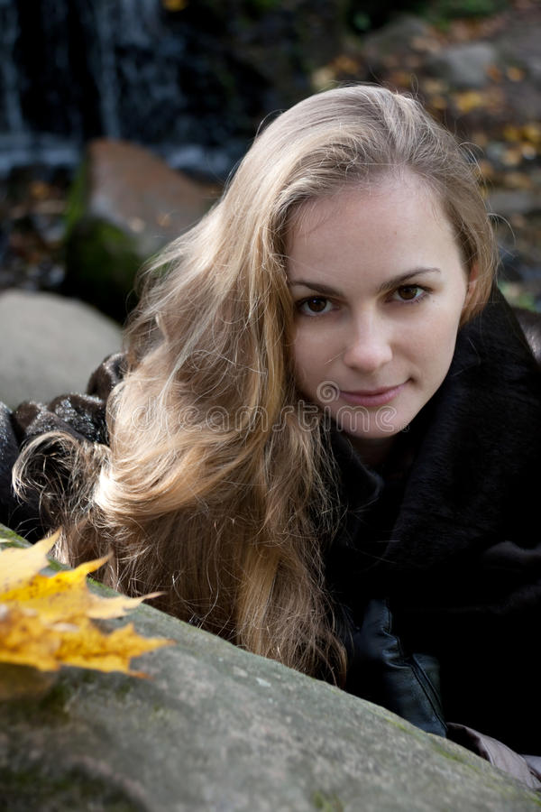 Vrouw in Zwarte Bontjas onder Gray Stones royalty-vrije stock foto's