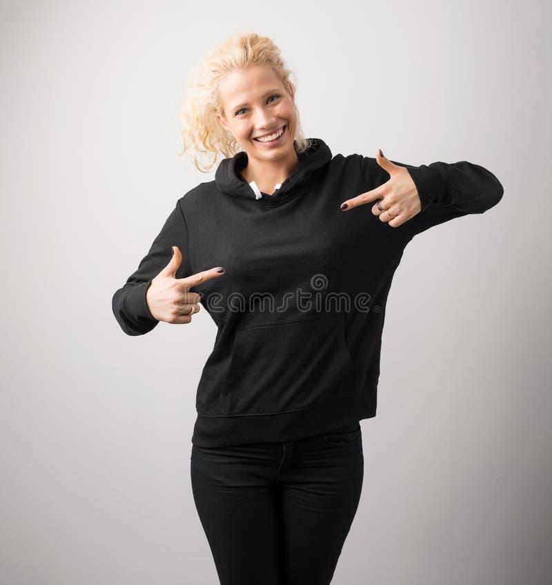 Vrouw in zwarte hoodie, malplaatje voor uw eigen ontwerp stock afbeelding