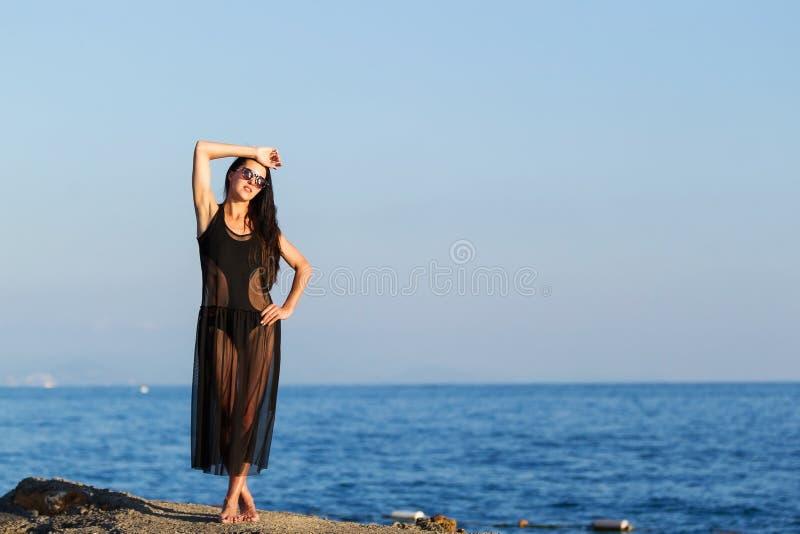 Vrouw in zwarte transparante kleding royalty-vrije stock afbeeldingen
