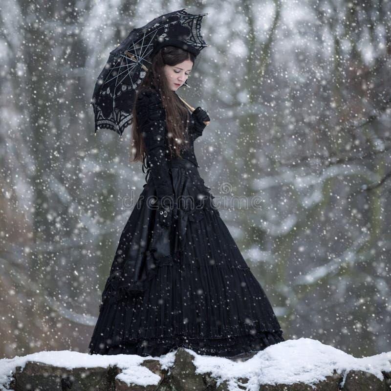 Vrouw in zwarte Victoriaanse kleding stock afbeelding