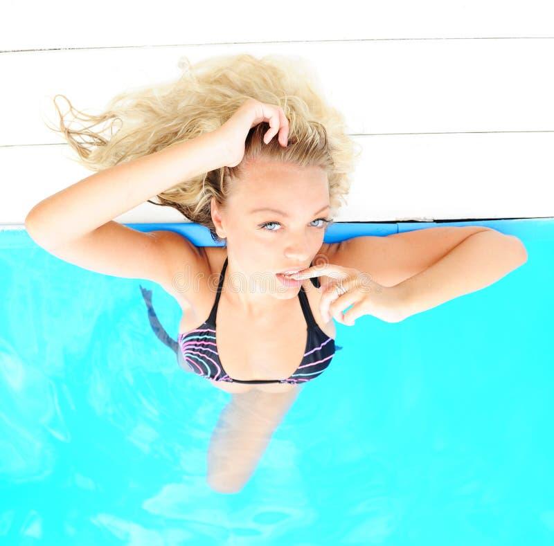 Vrouw in zwembad stock foto's
