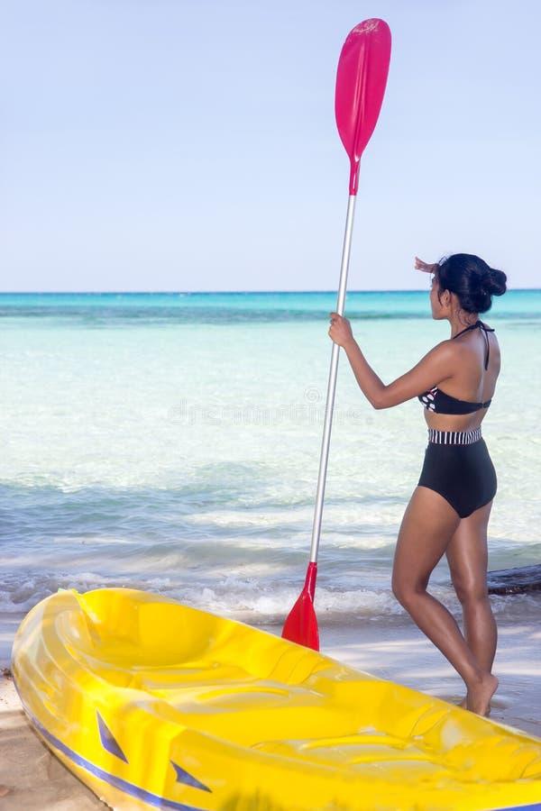 Vrouw in zwempak met peddel royalty-vrije stock fotografie
