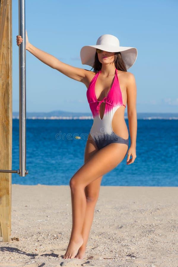 Vrouw in zwempak op strandvakantie of de zomervakantie stock foto