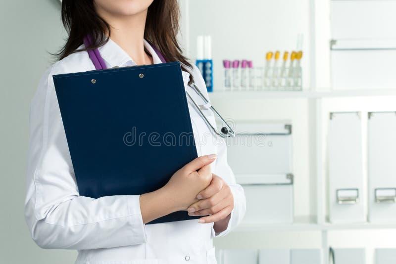 Vrouwelijk artsenbedrijfsdossier met documenten royalty-vrije stock foto's