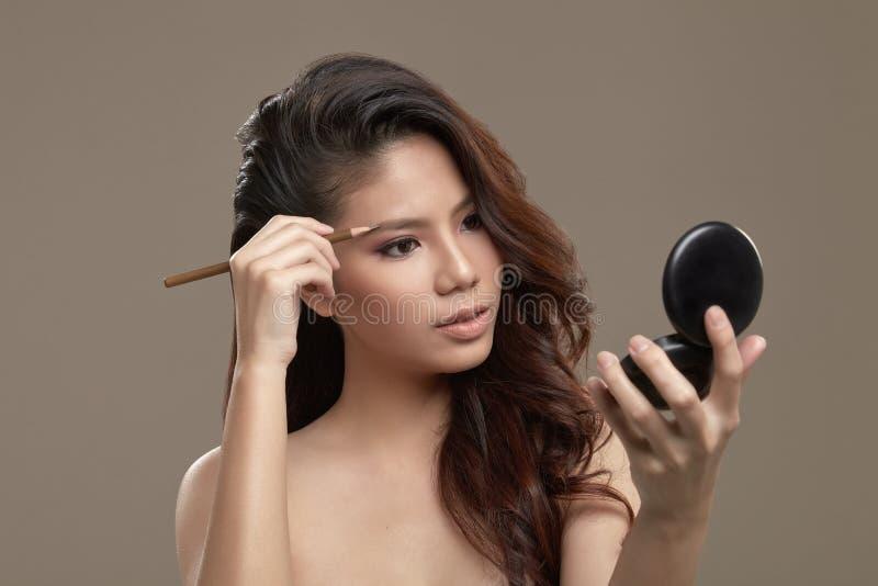 Vrouwelijk Aziatisch tekeningsoog - brow stock afbeeldingen