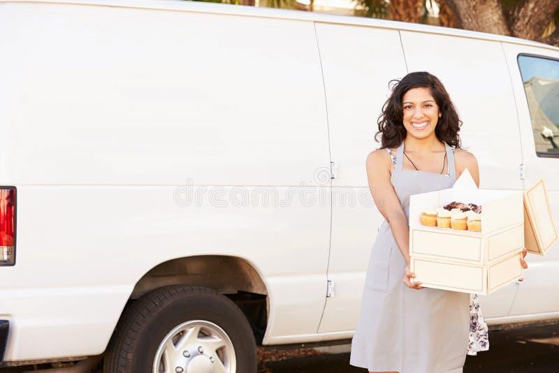 Vrouwelijk Baker Delivering Cakes Standing in Front Of Van royalty-vrije stock fotografie
