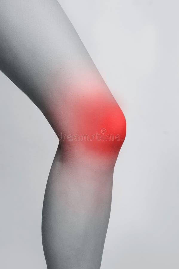 Vrouwelijk been met rode streek van verwonde knie stock afbeeldingen