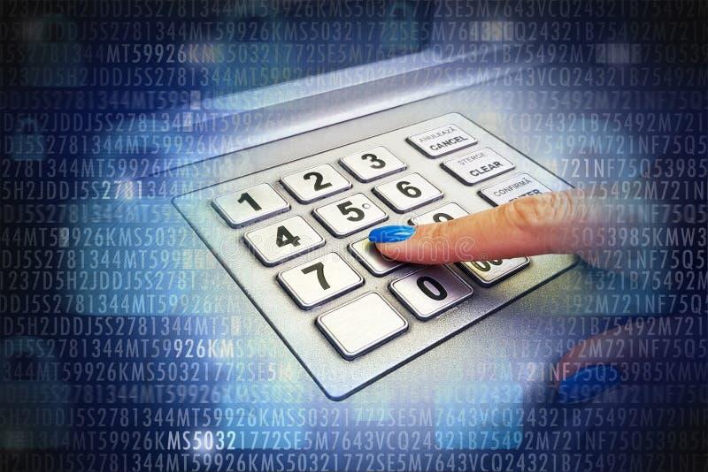 Vrouwelijk binnengaand speldaantal bij ATM-machine om geld, abstracte achtergrond met binaire code terug te trekken stock foto's