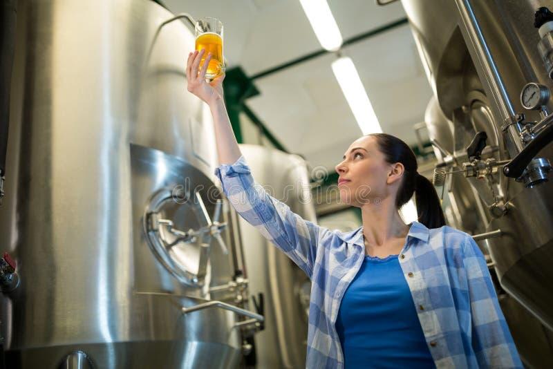 Vrouwelijk brouwer het testen bier stock foto's