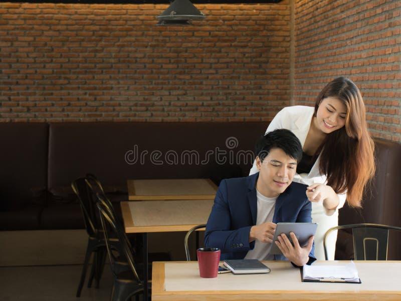 Vrouwelijk bureaulid die aandacht besteden aan ideeën van haar medewerker/Jonge onderneemster die rapport verklaren hij royalty-vrije stock afbeeldingen