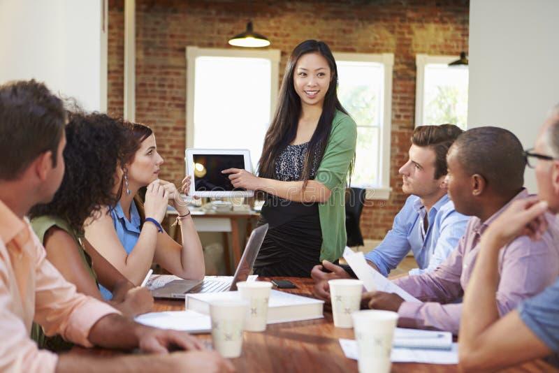 Vrouwelijk Chef- Addressing Office Workers op Vergadering royalty-vrije stock fotografie