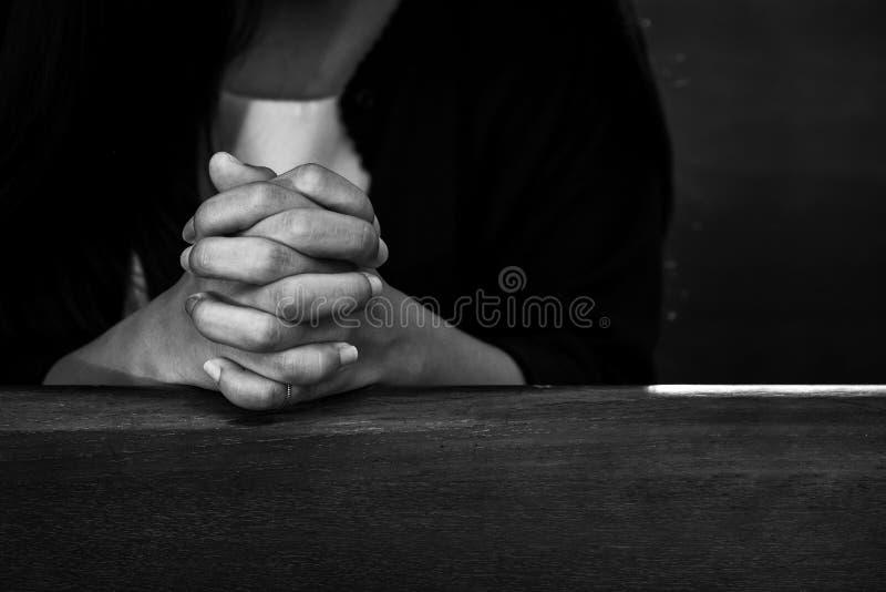 Vrouwelijk Christian Praying in de Kerk, Godsdienstconcept van Jesu stock afbeelding
