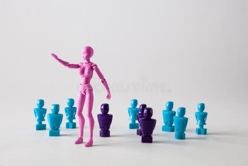 Vrouwelijk die leidingsconcept met mannelijke en vrouwelijke figurin wordt afgebeeld royalty-vrije stock foto's