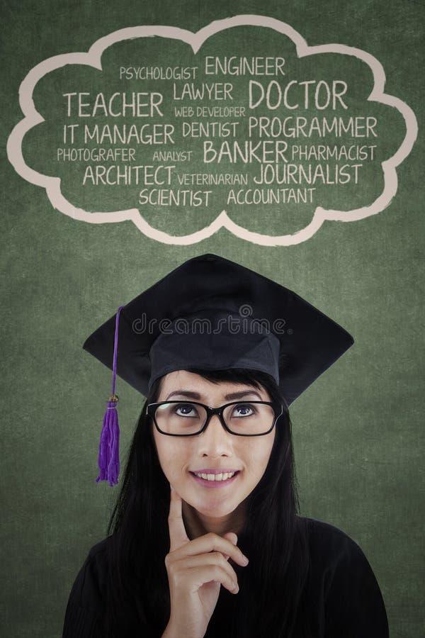 Vrouwelijk diploma die over haar toekomstige carrière denken royalty-vrije stock foto's