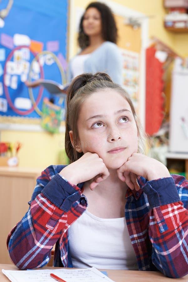 Vrouwelijk Elementair Scholierdagdromen in Klasse stock foto's