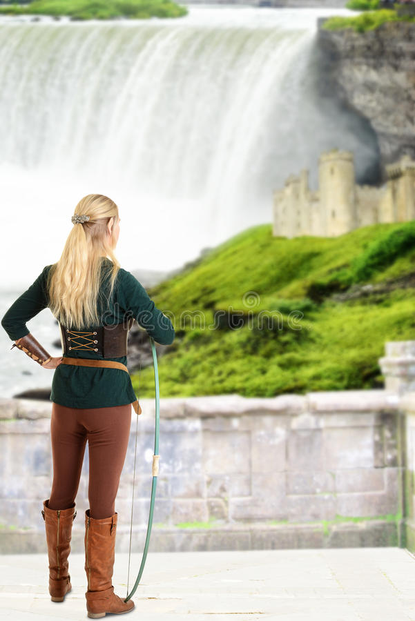 Vrouwelijk elf die de boog van de kasteelholding bekijken royalty-vrije stock afbeelding