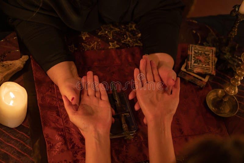 Vrouwelijk fortuin Teller leest de levenslijn en hartlijn, concept palmistry stock fotografie