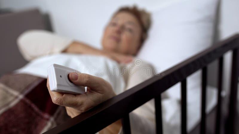 Vrouwelijk geduldig dringend de knoop verliezend bewustzijn van de verpleegstersvraag, de het ziekenhuisdienst royalty-vrije stock afbeeldingen